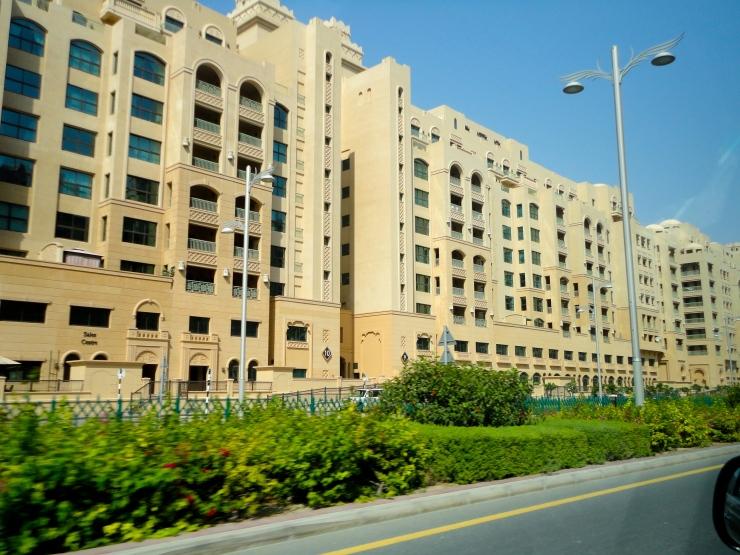 Bangunan di pinggir Jalan Utama Palm Jumeirah