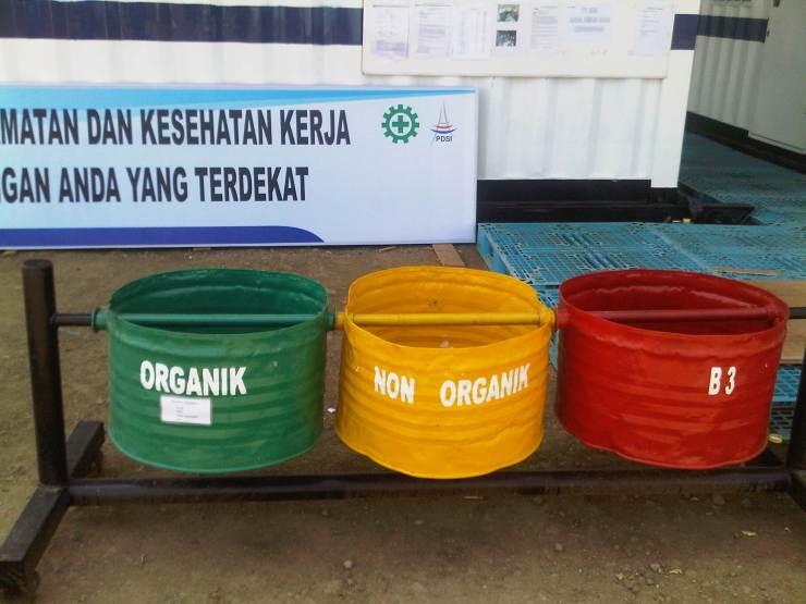 separated gerbage bin at rig